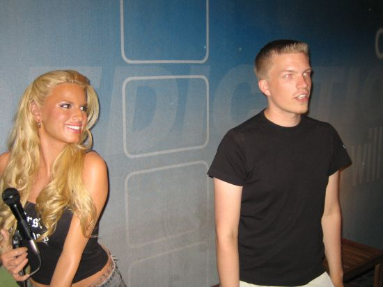 Min Madame Tussaudissa. Jessica Simpson tsekkailee selvsti ;)